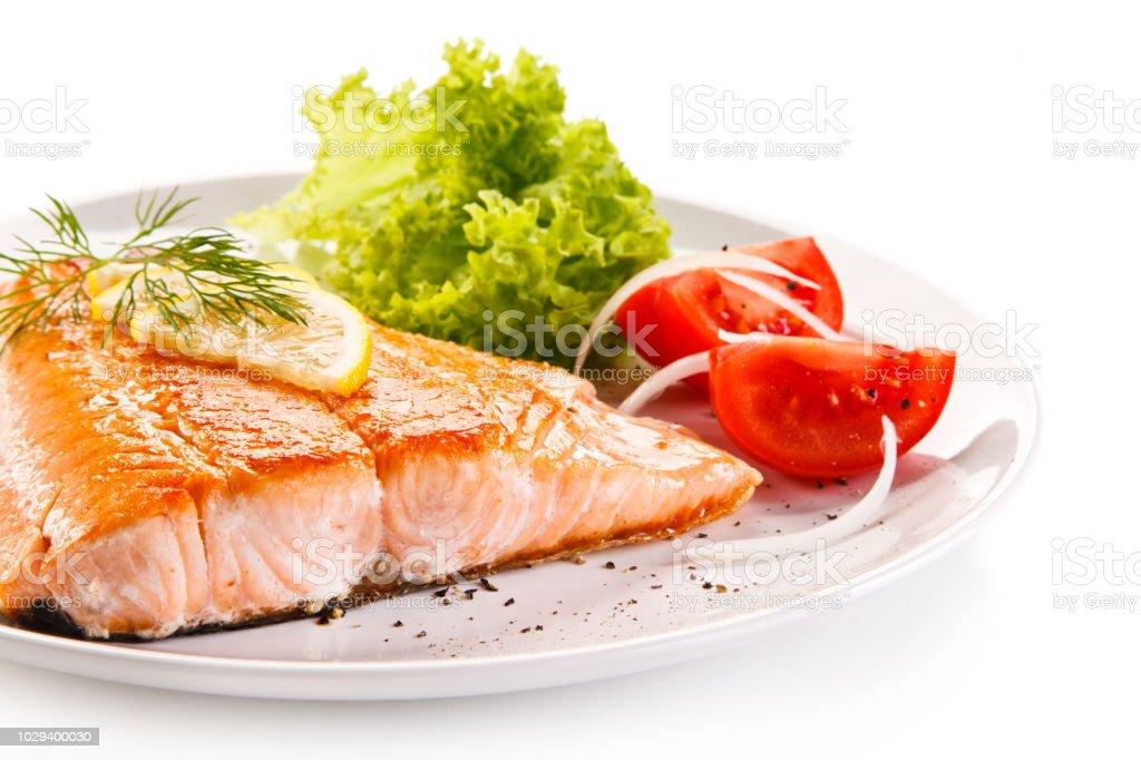 Gebratener Lachs und Gemüse – Foto