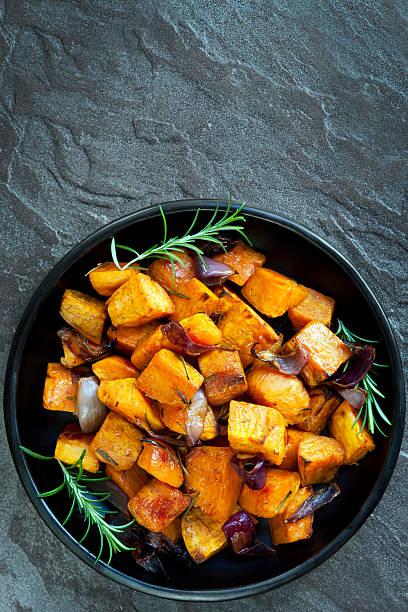 pieczone słodkie ziemniaki z czerwona cebula i rozmarynu - słodki ziemniak zdjęcia i obrazy z banku zdjęć