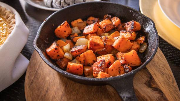 pieczone słodkie ziemniaki - słodki ziemniak zdjęcia i obrazy z banku zdjęć