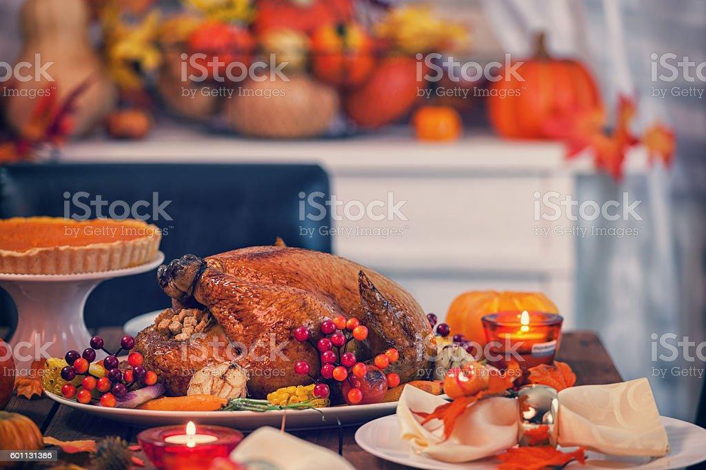 Asado Thanksgiving Turkey con guarniciones - foto de stock