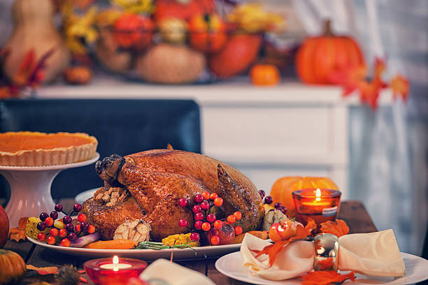 Asado Thanksgiving Turkey con guarniciones - foto de stock