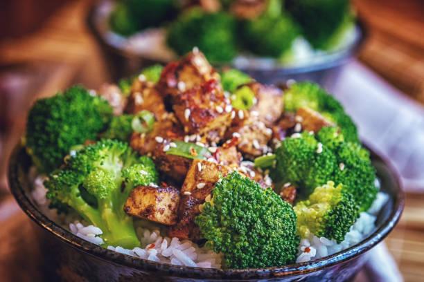 gebratener tofu mit soja-sauce, brokkoli und reis - mariniertes tofu stock-fotos und bilder