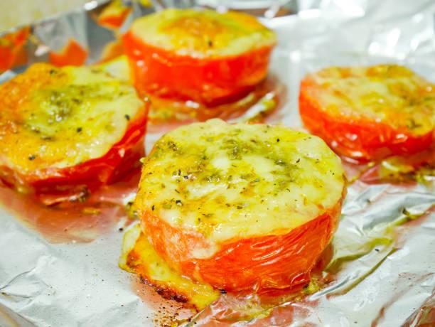 gebratene tomaten mit mozzarella-käse - alufolie backofen stock-fotos und bilder
