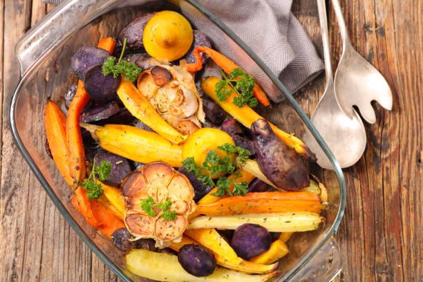 roasted vegetable- autumn vegetable, potato, carrot and garlic - warzywo korzeniowe zdjęcia i obrazy z banku zdjęć