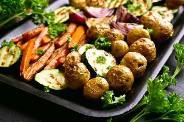 rostade grönsaker på bakning fack - bakplåt bildbanksfoton och bilder