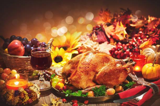 Pavo entero asado en la mesa festiva para el día de acción de gracias - foto de stock