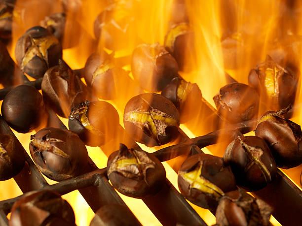 rösten kastanien auf ein barbecue im freien - heisse maroni stock-fotos und bilder