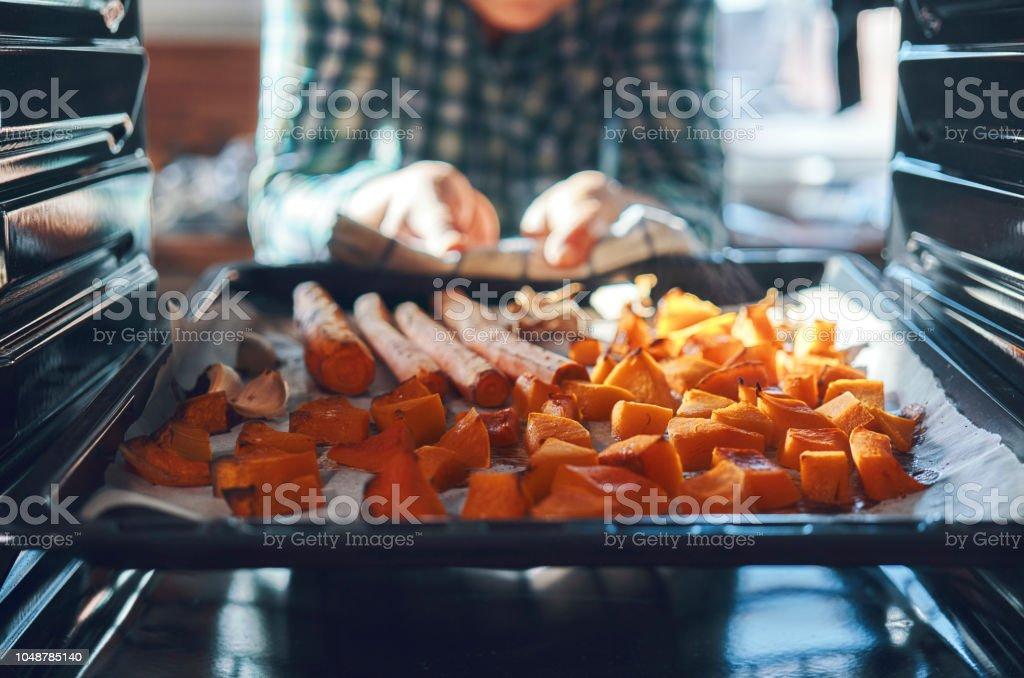 Citrouilles dans le four à rôtir - Photo de Aliment libre de droits