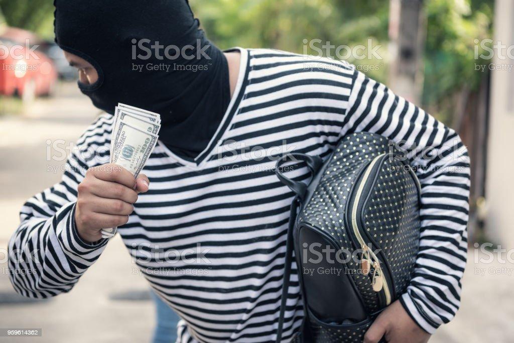 Ladrón arrebata el dinero de las mujeres en las calles, conceptos de dinero ladrón - Foto de stock de Adulto libre de derechos