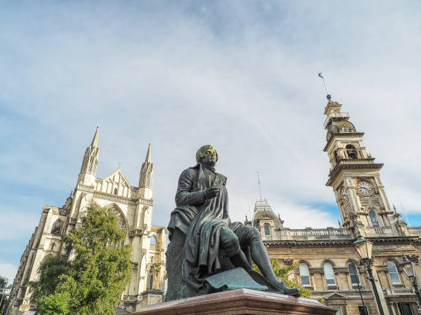 Robert Burns Statue, Dunedin Rathaus und St. Pauls Cathedral. (Dunedin, NZ) – Foto