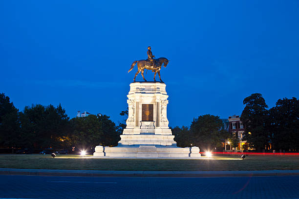 Robert E. Lee Monument In Richmond, Virginia From Richmond, Virginia On Monument Avenue This Statue Commemorates General Robert E. Lee A Famous Civil War Veteran And Was Unveiled May 29th, 1890. robert e. lee stock pictures, royalty-free photos & images