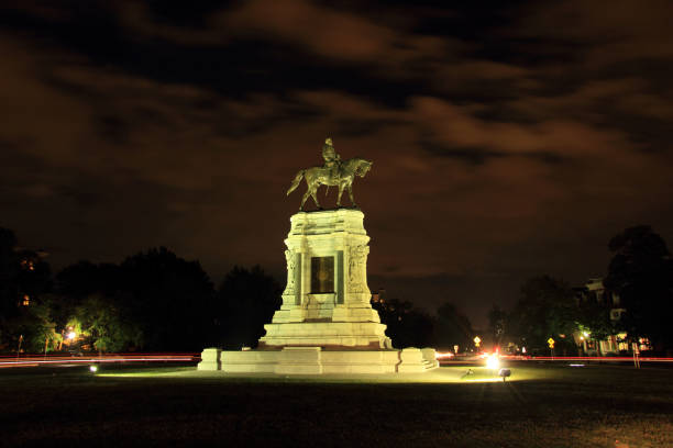 Robert E. Lee Monument Richmond, VA - October 7, 2017: Civil War monuments such as the Robert E. Lee statue on Monument Avenue represent key points of contention in contemporary U.S. politics October 7, 2017 in Richmond, VA. robert e. lee stock pictures, royalty-free photos & images