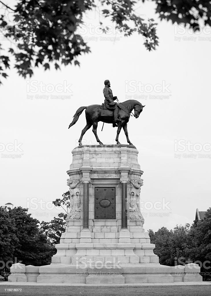 ロバートe リー記念像を通りリッ...