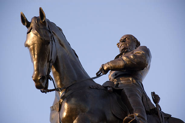 Robert E. Lee Statue Statue of Robert E. Lee on the famous Monument Avenue in Richmond, Virginia robert e. lee stock pictures, royalty-free photos & images
