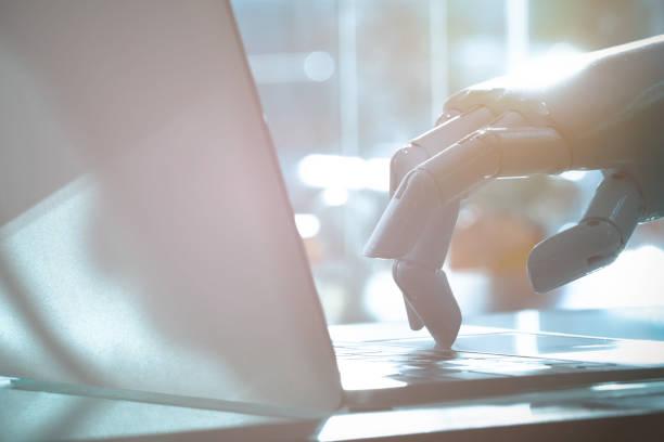 robot doigt point au bouton de l'ordinateur portable. chat bot, conseiller de robo, intelligence artificielle et robotique concept. - chatbot photos et images de collection