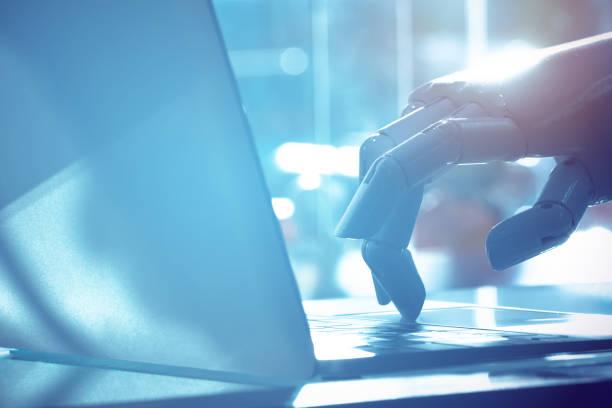 doigt de robot pointez sur ordinateur portable bouton avec l'image de ton bleu. chat bot, conseiller de robo, intelligence artificielle et robotique concept. - chatbot photos et images de collection