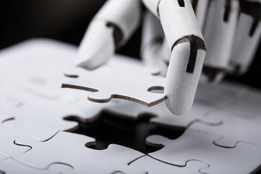 istock Robot Holding Jigsaw Puzzle 924555474