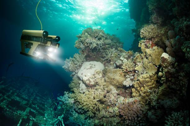 로봇 검사는 침 몰 한 물 아래 깊은 우주선 - 깊은 뉴스 사진 이미지