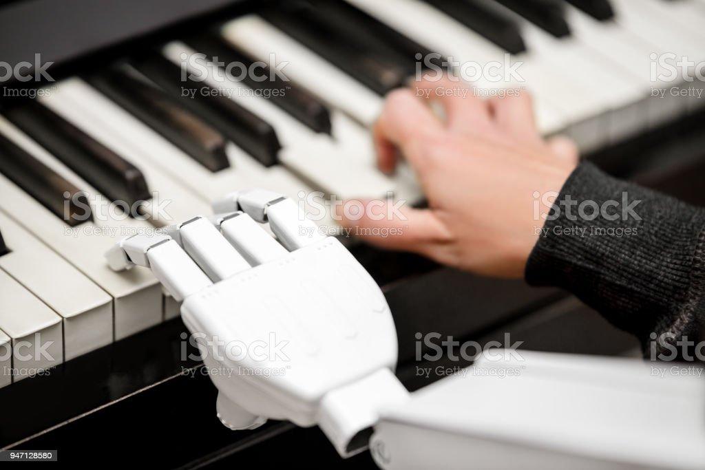 Roboter ist ein Klavier, Closeup, erschossen von einem Roboterarm mit den Tasten spielen. - Lizenzfrei Anthropomorph Stock-Foto