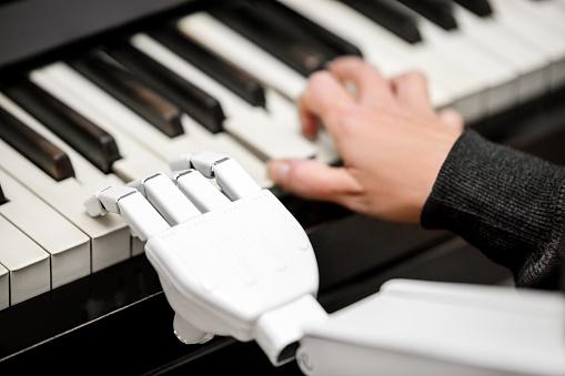 Roboter Ist Ein Klavier Closeup Erschossen Von Einem Roboterarm Mit Den Tasten Spielen Stockfoto und mehr Bilder von Anthropomorph
