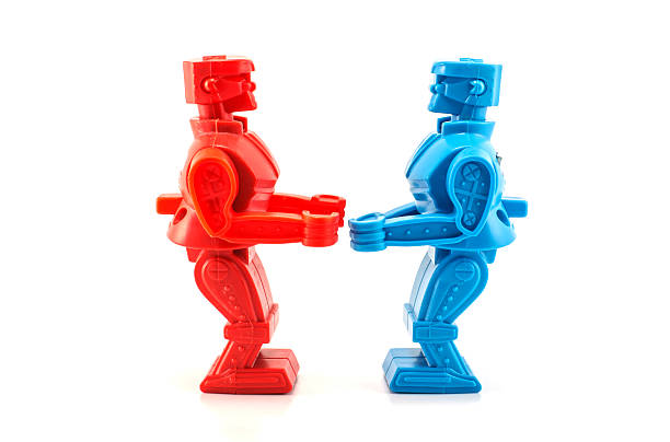 robot juguete dispuesto a luchar - foto de stock