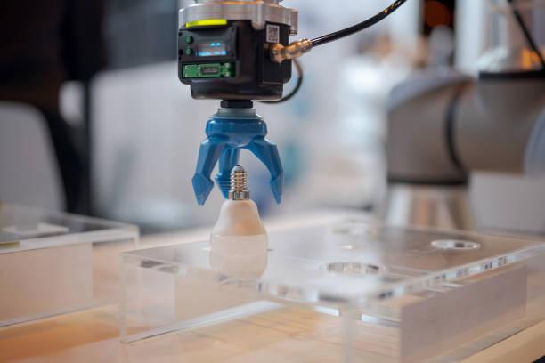 Roboterarm, der Glühbirne aufnimmt – Foto