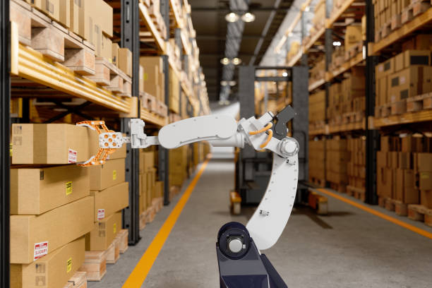brazo robótico tomando una caja de cartón en el almacén - robot fotografías e imágenes de stock