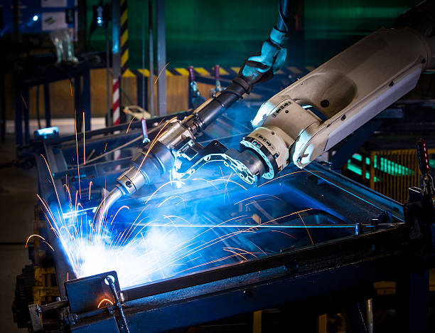 braccio robotico saldatura. - metal robot in logistic factory foto e immagini stock