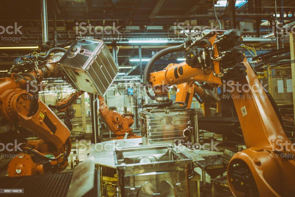 Roboterarme Umgang mit Metall-Boxen – Foto