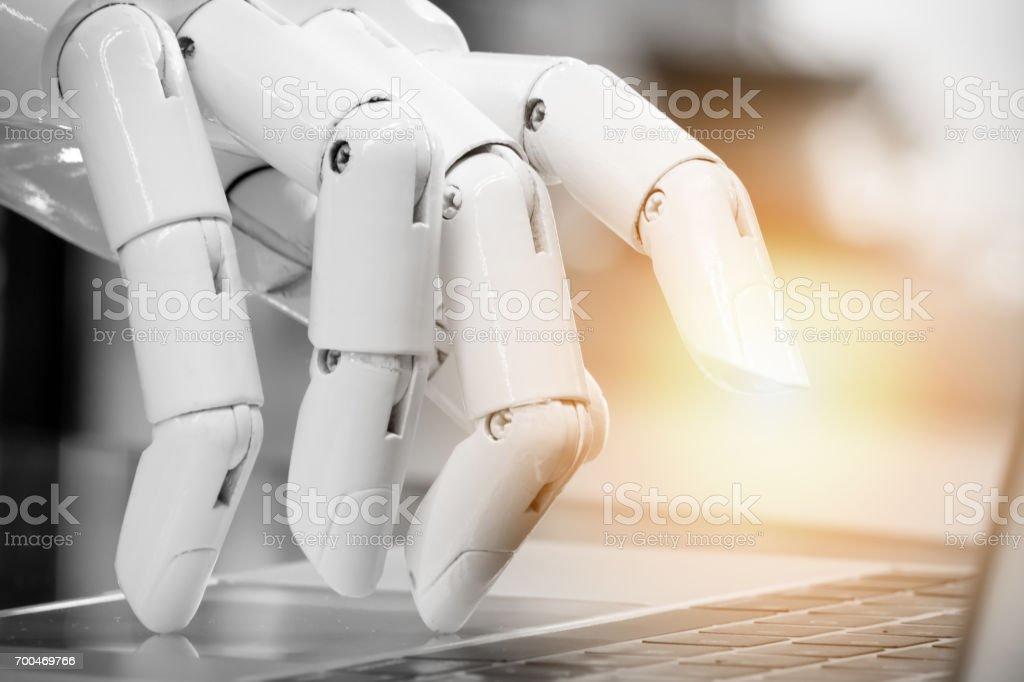 Robotik, künstliche Intelligenz, Robo-Berater, Chatbot Konzept. Roboter Finger zeigen Laptop Taste mit Fackel Lichteffekt. – Foto