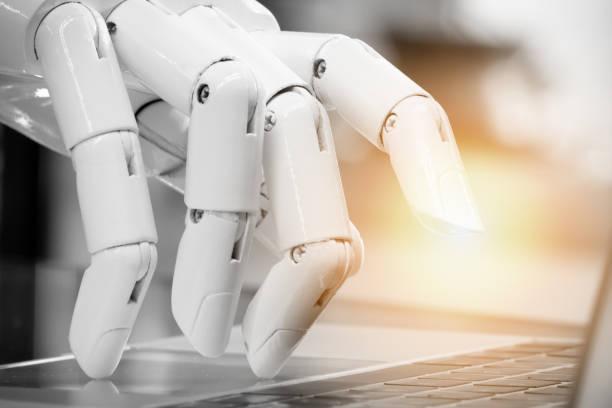 robotique, intelligence artificielle, conseiller de robo, chatbot concept. robot doigt point au bouton d'ordinateur portable avec flare effet lumineux. - chatbot photos et images de collection