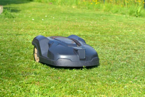 cortacésped robótica en la hierba en el jardín - foto de stock