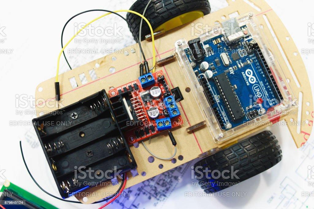 Creación robótica con arduino uno microcontrolador - foto de stock
