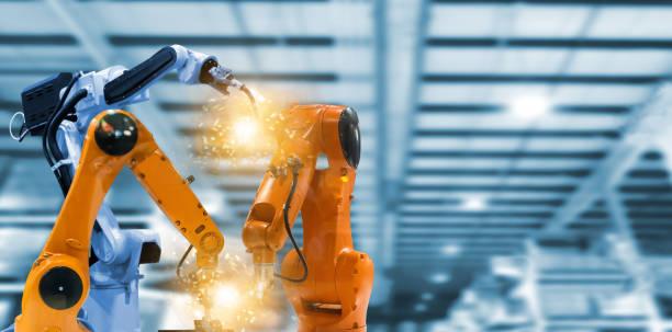 robots y armas mecánicas en plantas industriales la tecnología - robótica fotografías e imágenes de stock
