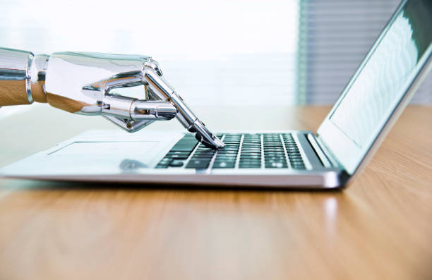 main du robot, taper sur le clavier - chatbot photos et images de collection