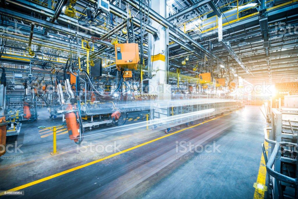 Robôs de soldagem na fábrica de carro foto de stock royalty-free