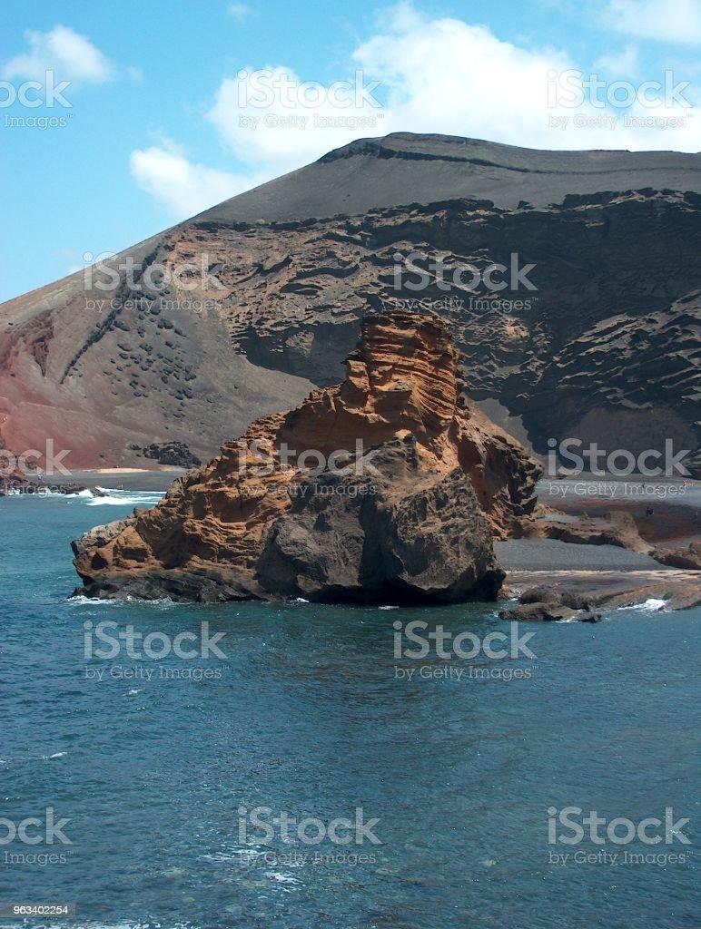 Roca volcánica en el oceano - Zbiór zdjęć royalty-free (Bez ludzi)