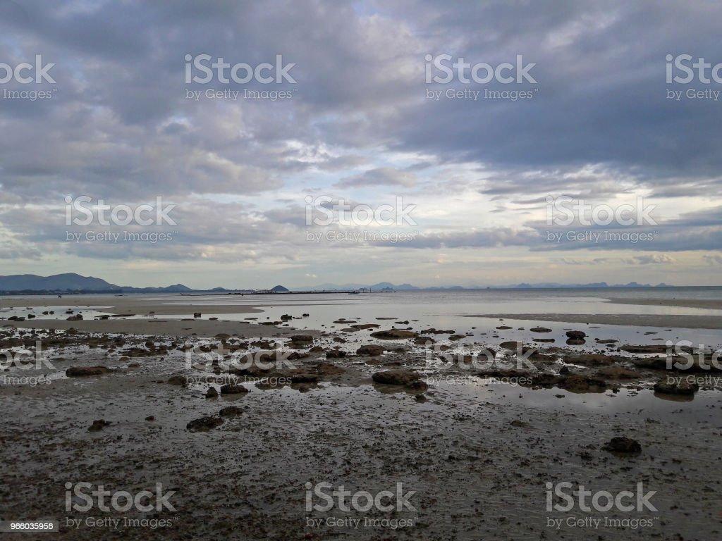 Rots en zand na tij avond met cloud en hemel achtergrond - Royalty-free Beschrijvende kleur Stockfoto