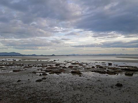 Rots En Zand Na Tij Avond Met Cloud En Hemel Achtergrond Stockfoto en meer beelden van Beschrijvende kleur