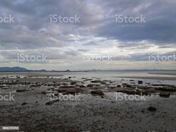 Rock And Sand After Tide In Evening With Cloud And Sky Background - Fotografias de stock e mais imagens de Ao Ar Livre