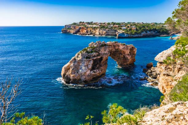 Arche rocheuse dans la mer Méditerranée, sur l'île de Majorque, Espagne - Photo