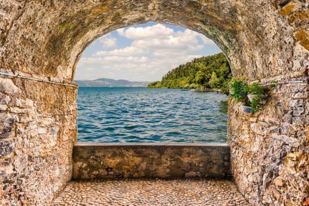 Rock balcony overlooking Lake Bracciano, Italy - foto stock