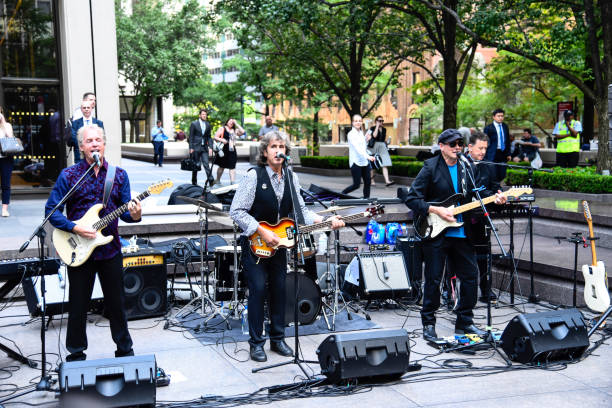 rockband spielen street music festival in new york - beatles band stock-fotos und bilder