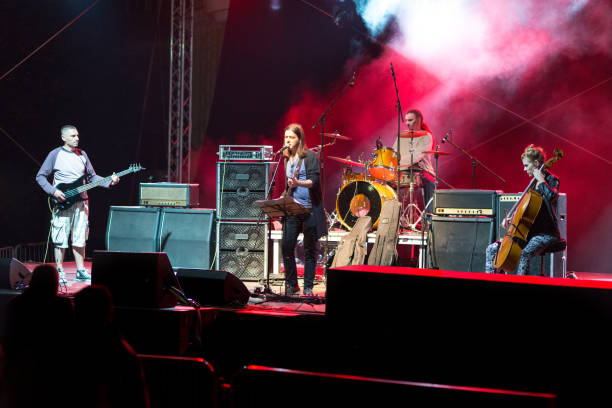 rock-band spielt auf das konzert - boxen live stock-fotos und bilder