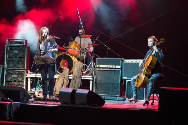 rock-band auf der bühne spielt - boxen live stock-fotos und bilder