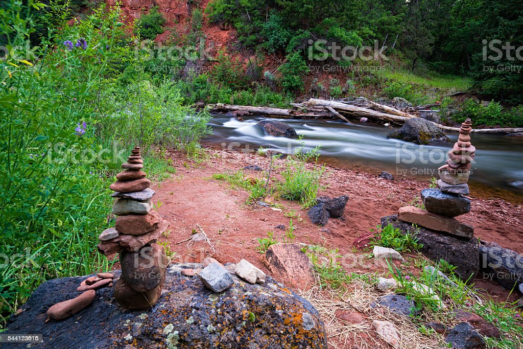 roche Cairn le long de la rive de la rivière Poêle à frire - Photo
