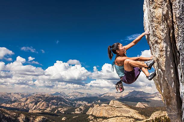 rock wspinacz clinging do przepaści. - klif zdjęcia i obrazy z banku zdjęć