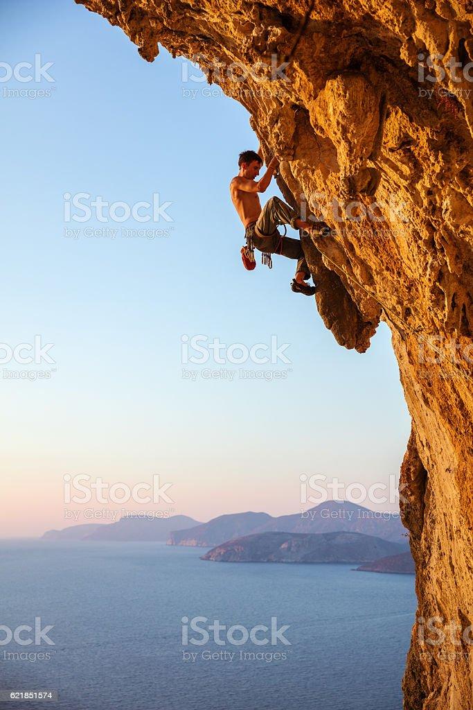Rock alpinista em suspenso cliff - foto de acervo