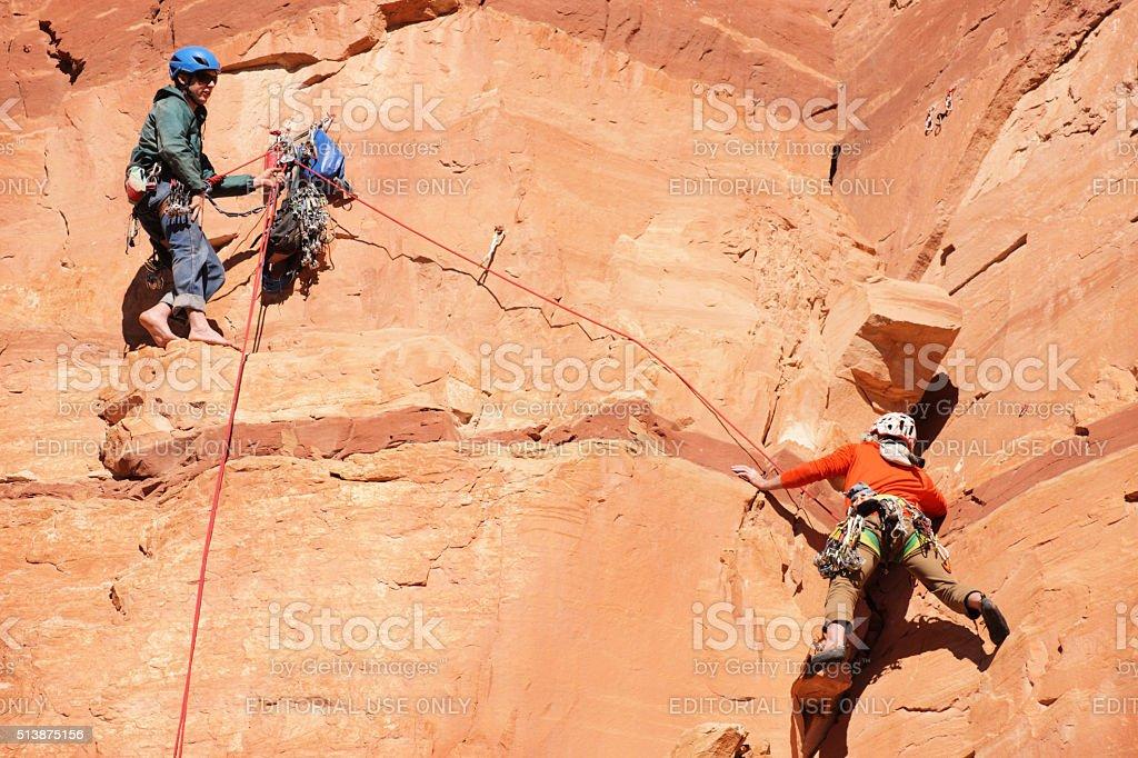 Kletterausrüstung Sicherung : Klettern athleten sicherung cliff gesicht stockfoto und mehr bilder