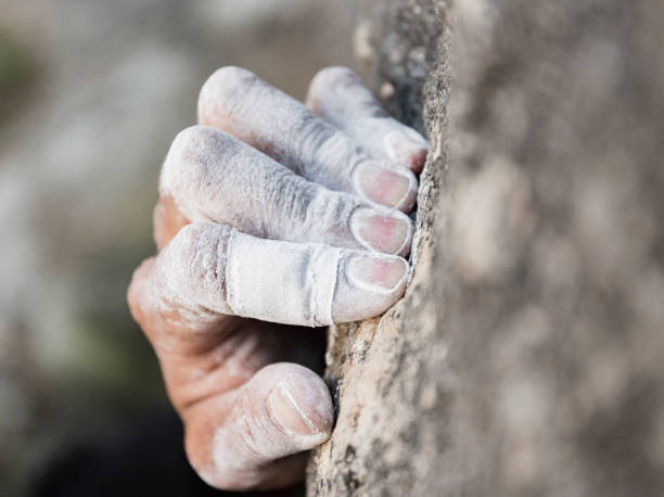 rock climbing hand with chalk - arrampicata su roccia foto e immagini stock